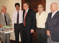 Gustavo Ick junto a directivos de La Gaceta